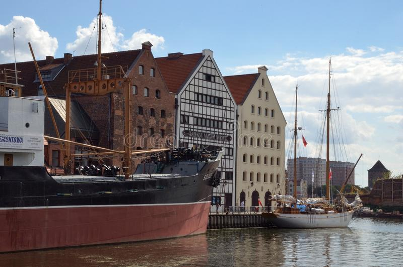 船和小船在河 免版税库存图片