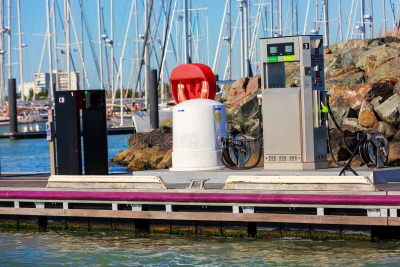 船和小船的加油站 免版税库存图片