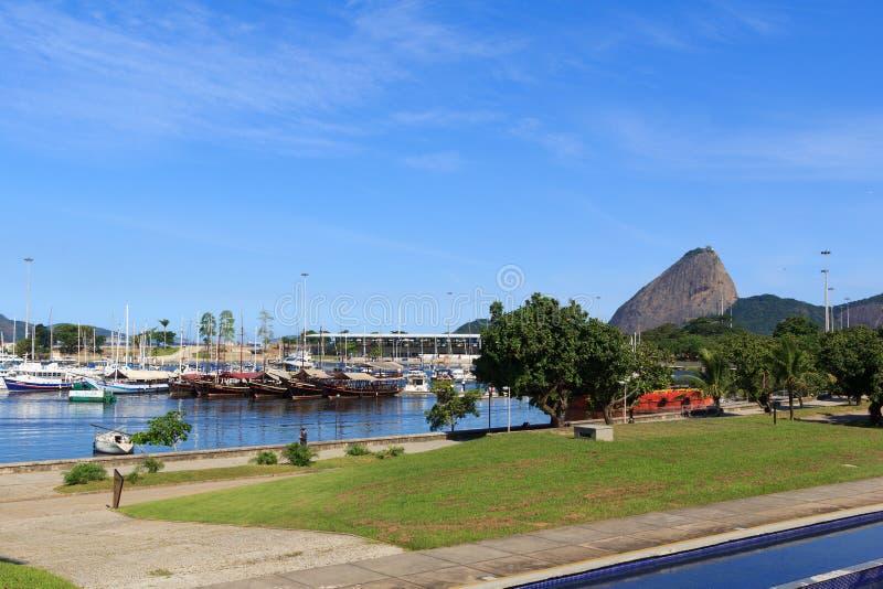 船和游艇在小游艇船坞da格洛里亚,里约热内卢 免版税图库摄影