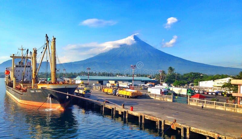 船和火山 免版税图库摄影