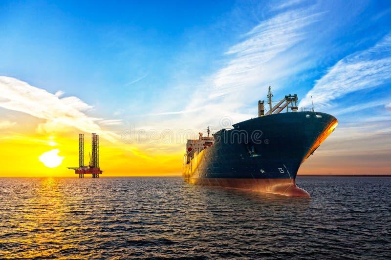 船和石油平台 免版税库存图片