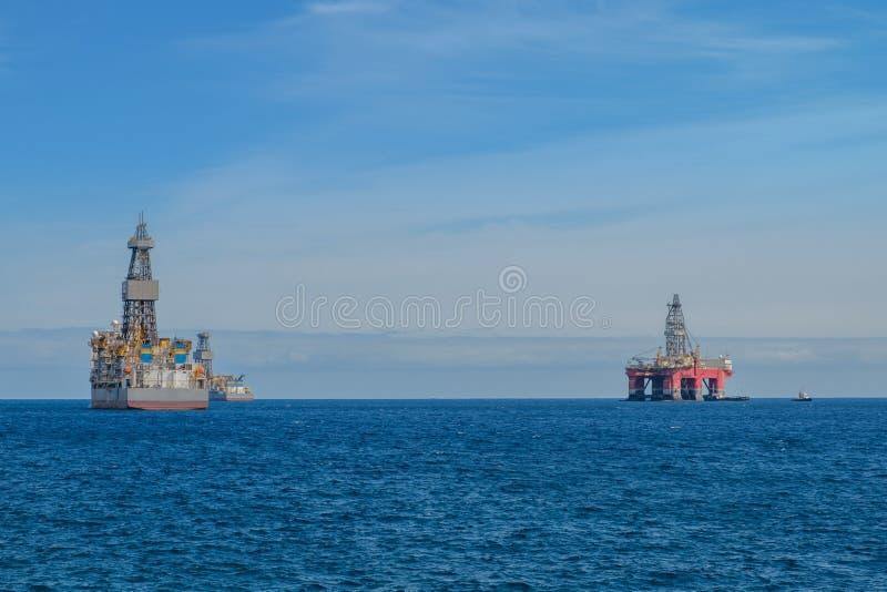 船和钻井平台,近海钻子平台 库存图片