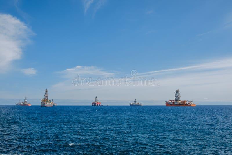 船和钻platfom,近海钻子平台 免版税库存图片