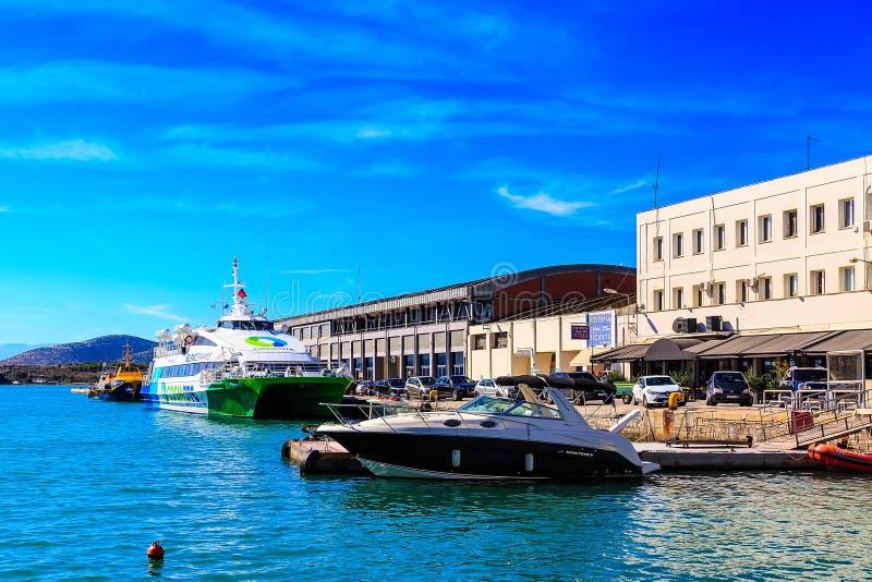 船和boata在沃洛斯,希腊港  免版税图库摄影