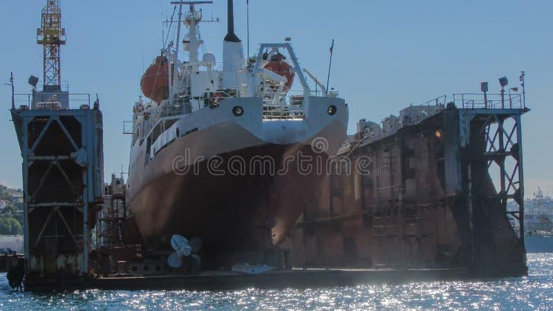 船在修理平台 库存照片