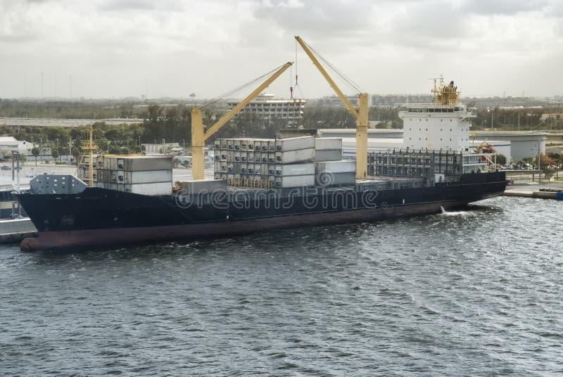 货船在劳德代尔堡, FL港的装货容器  库存照片