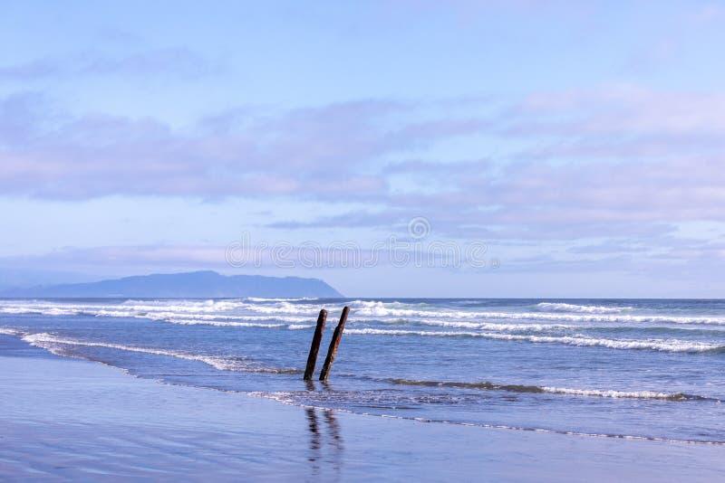 船在堡垒史蒂文斯公园,俄勒冈海滩击毁  库存图片