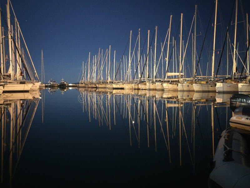 船在小游艇船坞在晚上 库存图片