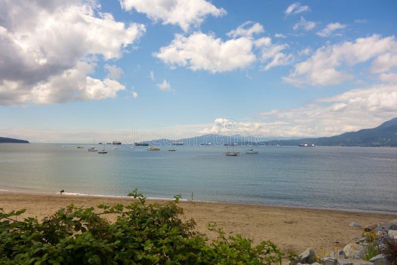 船在温哥华` s安静海湾风雨棚停泊了  免版税库存照片