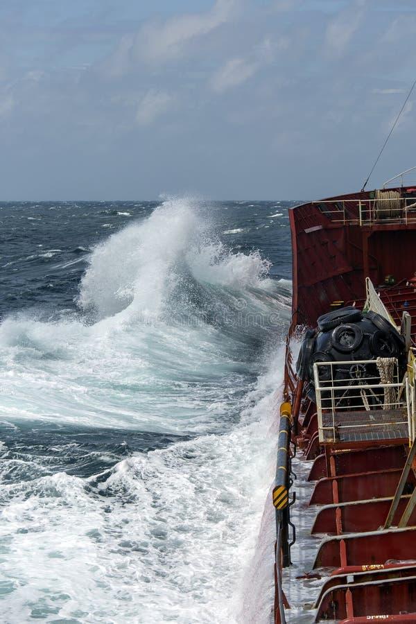 船在风雨如磐的海 库存图片
