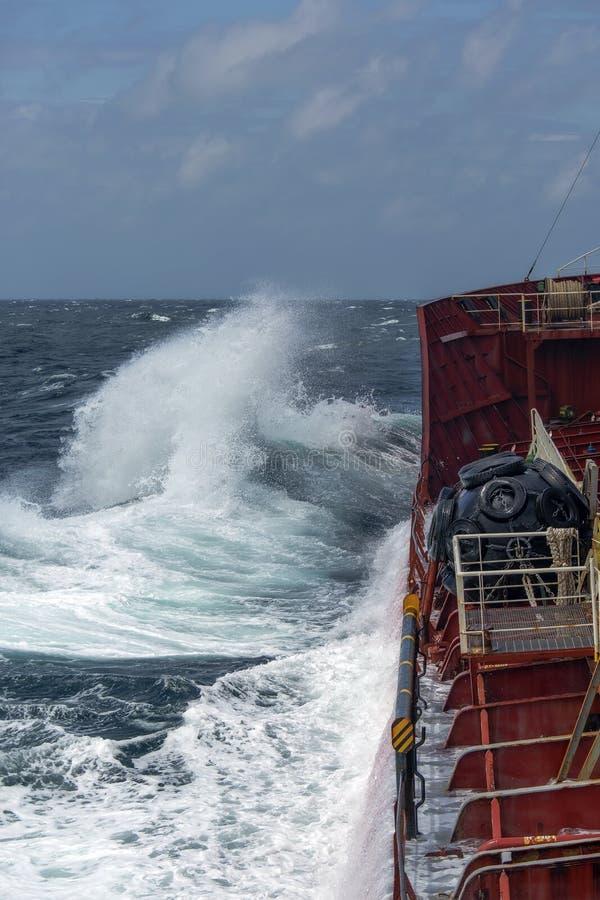 船在风雨如磐的海 库存照片