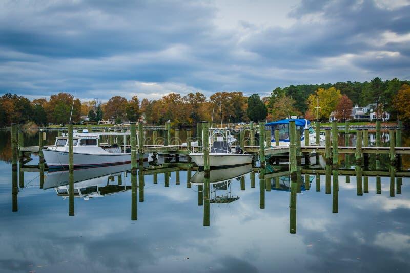 船坞和秋天颜色在橡木小河着陆,在纽科姆,在St附近 免版税图库摄影