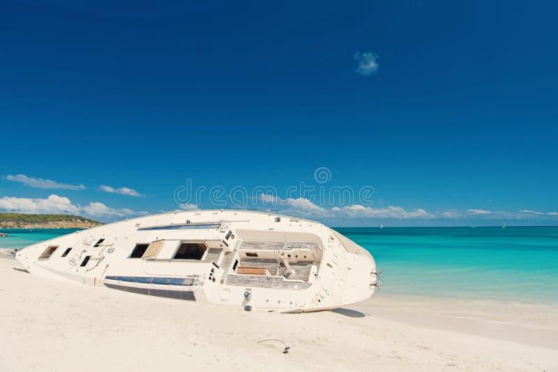 船或豪华白色小船在沙滩,地平线背景放置 在总是风暴回归太阳以后 在stjohns海滩的游艇 库存照片