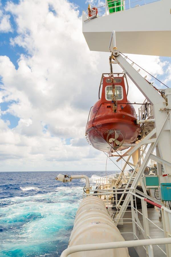 Download 货船救生艇 库存照片. 图片 包括有 小船, 帮助, 生活, 金属, 解决方法, 海景, 绳索, 橙色, 运费 - 72357902