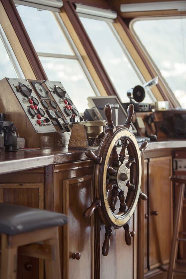 船木轮子的细节和仪表盘在汽艇 库存照片