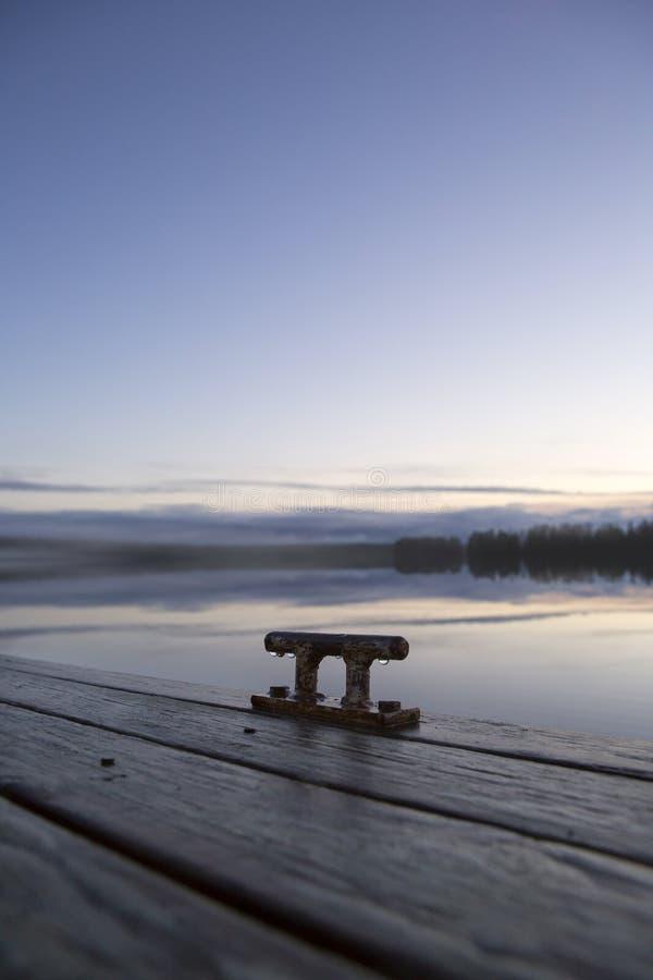 系船柱和有雾的看法 免版税库存照片