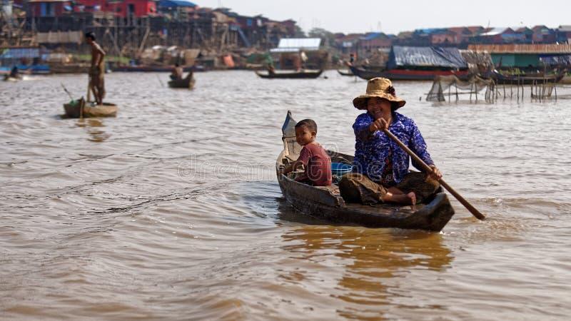 船民在河,洞里萨湖,柬埔寨 库存图片