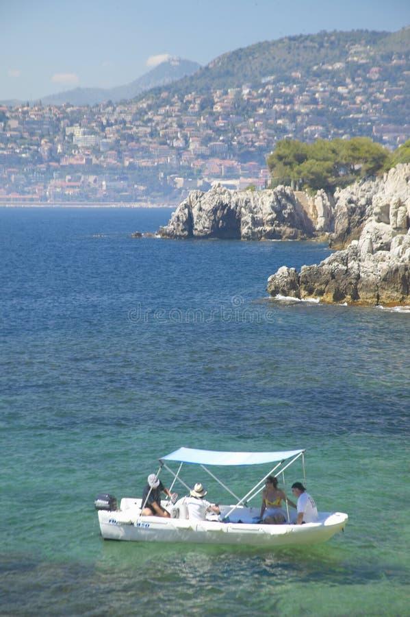 船民临近圣徒吉恩盖帽Ferrat,法国海滨,法国 库存图片