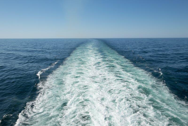 船洗涤并且醒来 免版税库存照片