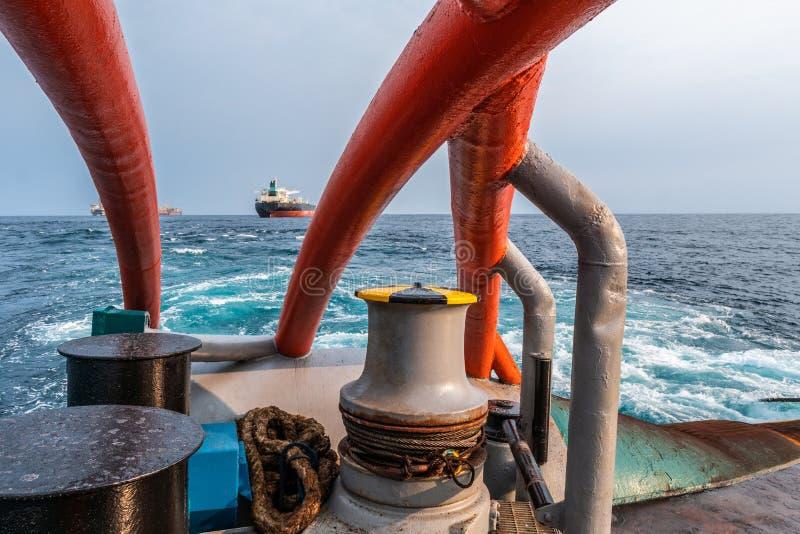 船的停泊设备 从ahts船甲板观看 图库摄影