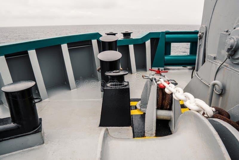 船的停泊设备 停泊系船柱、起锚机和绞盘 免版税库存图片