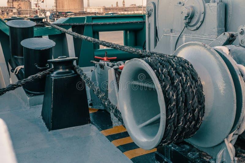 船的停泊设备 系泊缆是快速的在系船柱、起锚机和绞盘 免版税图库摄影