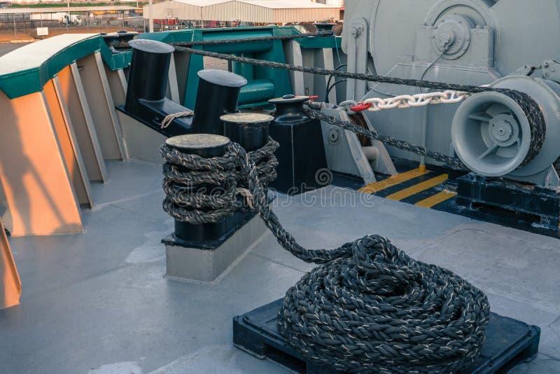 船的停泊设备 系泊缆是快速的在系船柱、起锚机和绞盘 库存照片