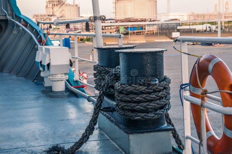 船的停泊设备 系泊缆是快速的在系船柱、起锚机和绞盘 免版税库存图片