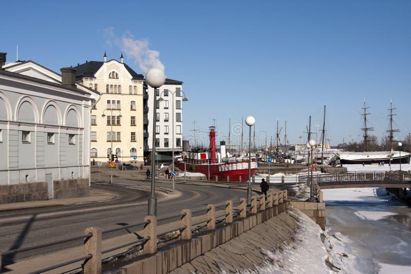 船的堤防和帆柱的老房子在冬天 Helsnki 芬兰 免版税库存照片