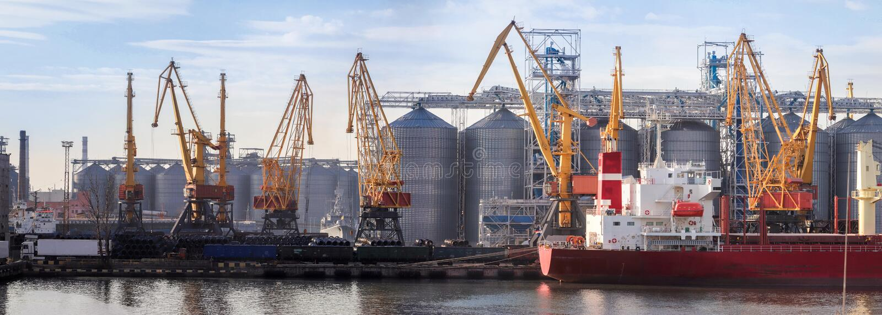 船的看法,口岸的起重机 免版税库存图片