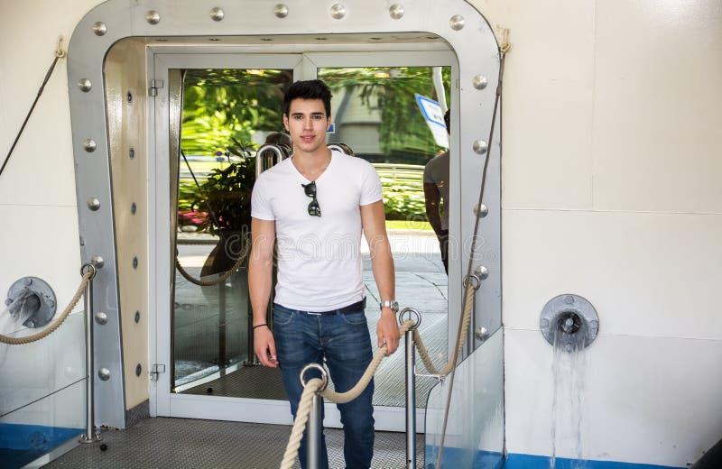 船的英俊的时髦男性乘客 库存图片