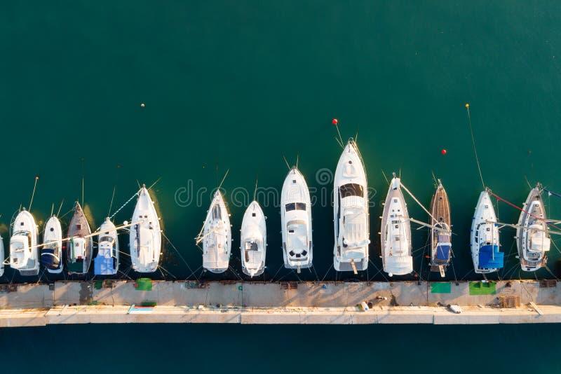 船舶小游艇船坞鸟瞰图  图库摄影