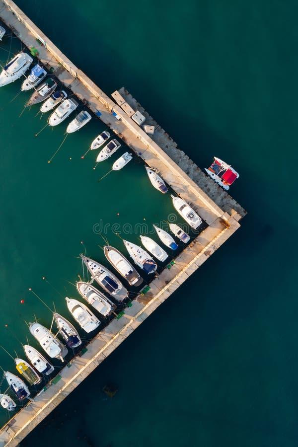 船舶小游艇船坞鸟瞰图  免版税库存图片