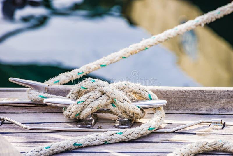 船舶结绳索,栓在磁夹板在小船的木甲板 免版税图库摄影