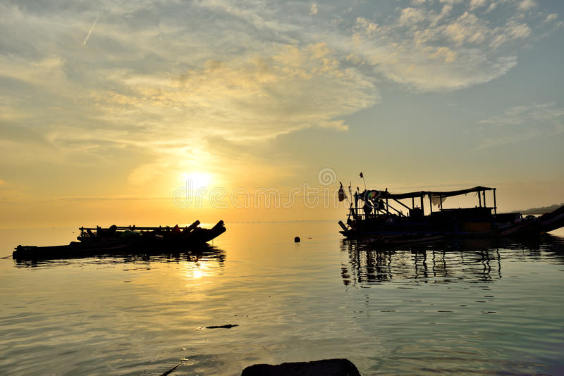 船蒸了入港口 免版税图库摄影