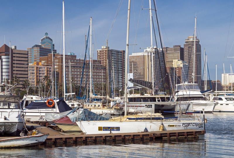 船被停泊在游艇痣反对城市地平线 库存图片