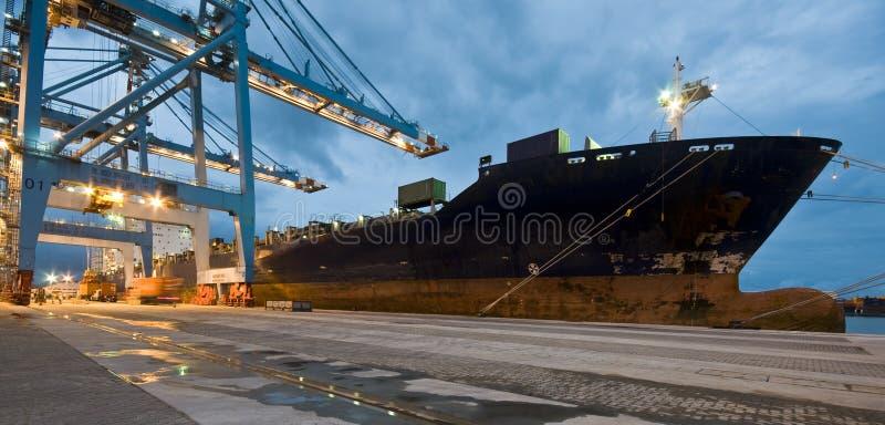 货船装货容器在夜之前 免版税库存图片