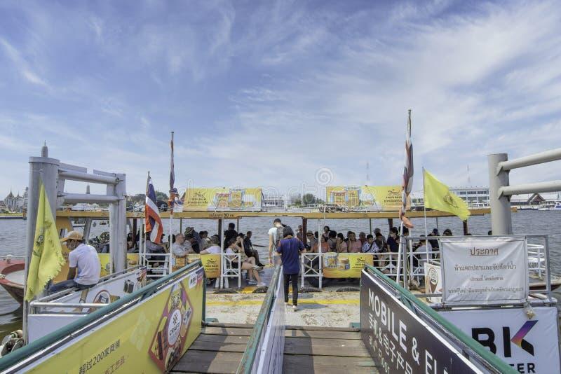 船载乘客渡过潮发河曼谷海军运输 图库摄影