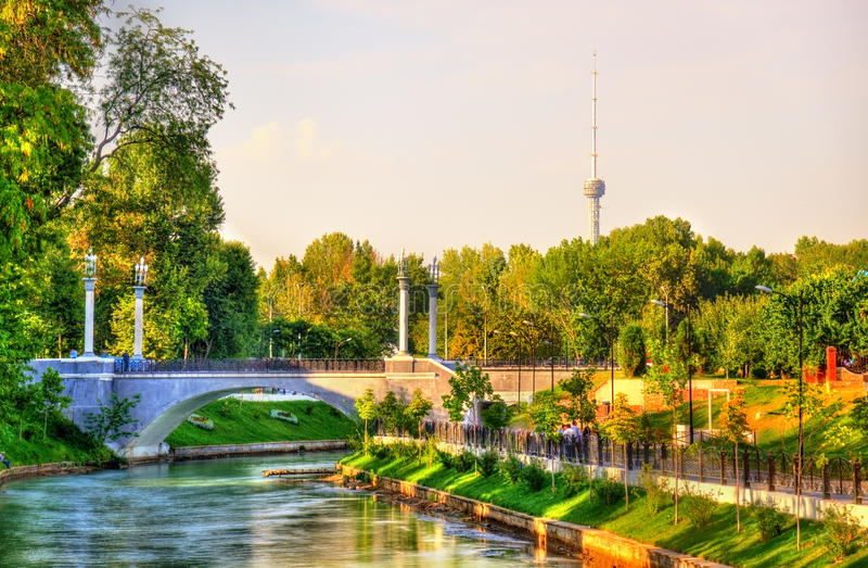 船锚运河风景看法有电视塔的在背景中-塔什干,乌兹别克斯坦 免版税库存图片