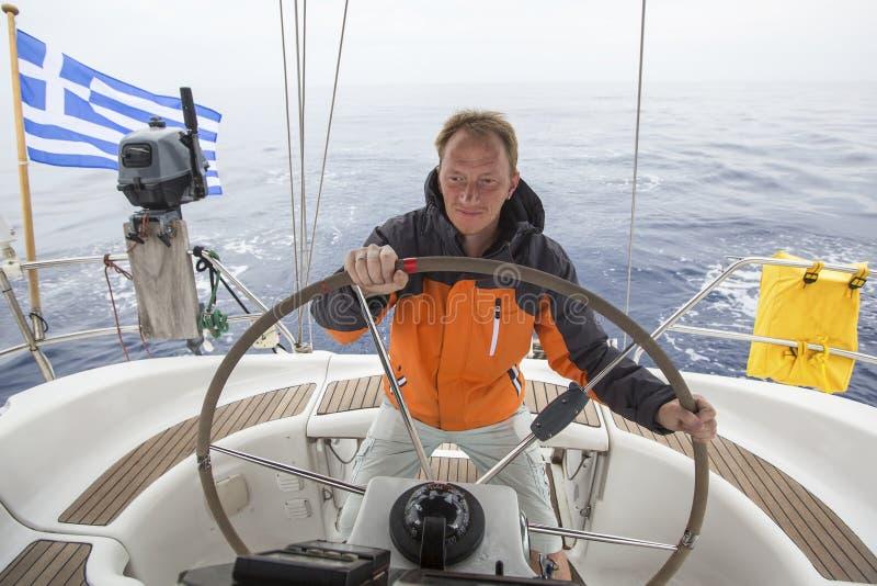 船长在公海驾驶风船 乘快艇 航行 免版税库存照片