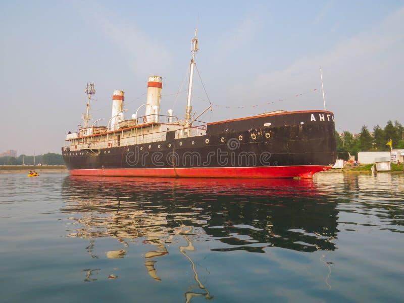 船,安加拉破冰船博物馆的看法,从湖 免版税库存图片