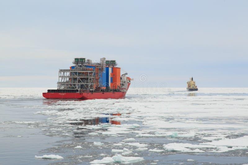 船Bigroll Beaufort和在极性的破冰船Tajmyr冰 免版税库存照片