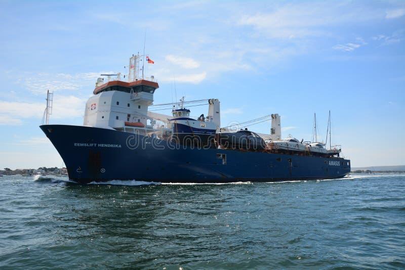 船EEMSLIFT进入普尔港的亨德里卡 免版税图库摄影
