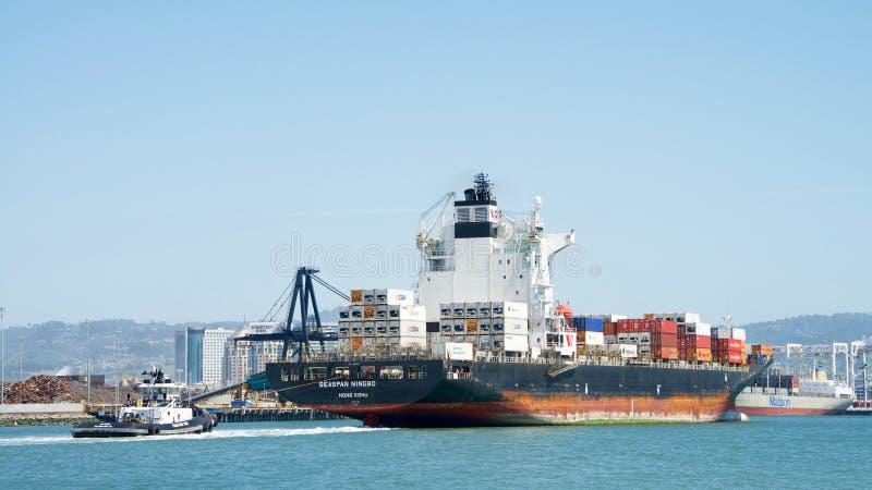 货船SEASPAN进入奥克兰的港宁波 库存照片