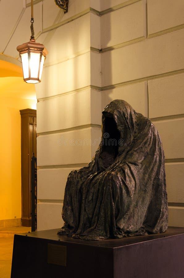 良心的雕塑Cloak司令员或者在庄园剧院的空的斗篷在布拉格,捷克 免版税库存照片