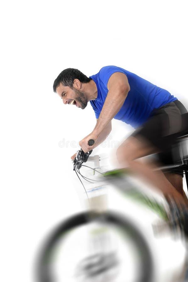 艰苦训练在健身和竞争概念的短跑的年轻体育人骑马登山车 免版税库存照片