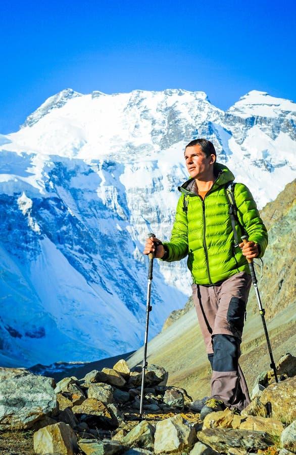 艰苦跋涉的远足者在喜马拉雅山 库存图片