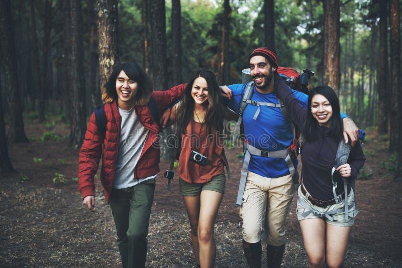 艰苦跋涉野营的友谊冒险背包概念 免版税库存图片