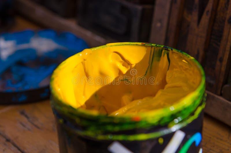 黄色丙烯酸漆为单音印刷品和屏幕打印做准备 免版税图库摄影