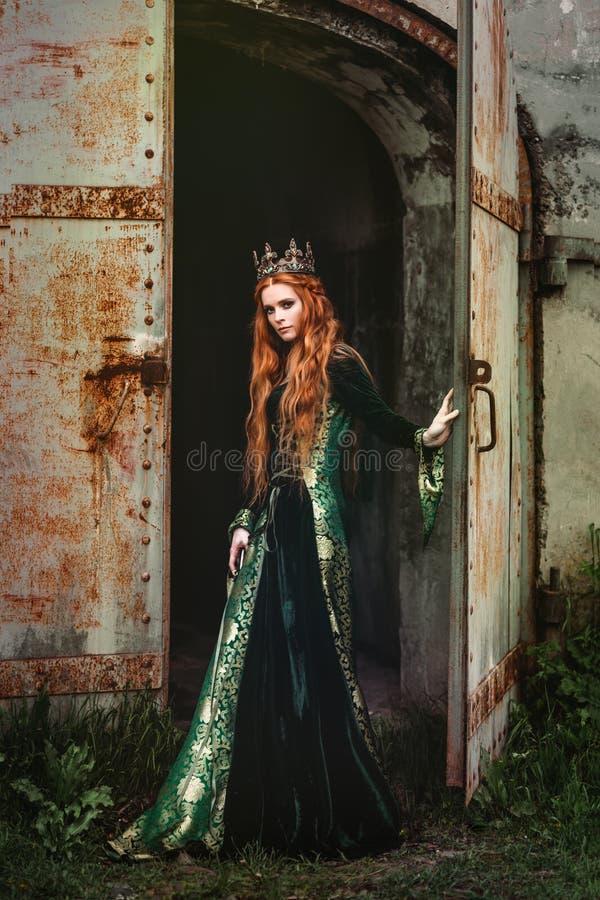绿色中世纪礼服的妇女 免版税库存图片